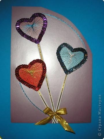 Я тоже решила заняться открытками. Это моя первая валентинка. Она уже отправилась к одному очень хорошему человечку. Для основы взяла перламутровый картон. Смотрится красиво, но очень бликует от вспышки. Сердечки из картона. По ним вышила люрексом и по краю обклеила пайетками. Идею подсмотрела у Татьяны Николаевны http://stranamasterov.ru/technics/air_heart.html фото 1