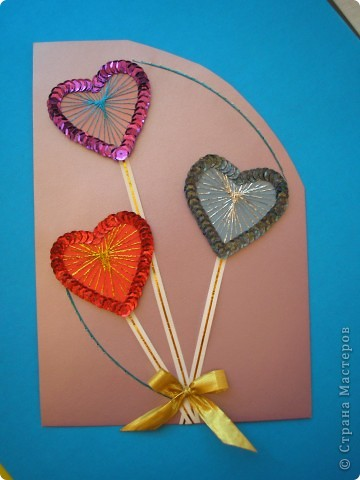 Я тоже решила заняться открытками. Это моя первая валентинка. Она уже отправилась к одному очень хорошему человечку. Для основы взяла перламутровый картон. Смотрится красиво, но очень бликует от вспышки. Сердечки из картона. По ним вышила люрексом и по краю обклеила пайетками. Идею подсмотрела у Татьяны Николаевны http://stranamasterov.ru/technics/air_heart.html фото 2