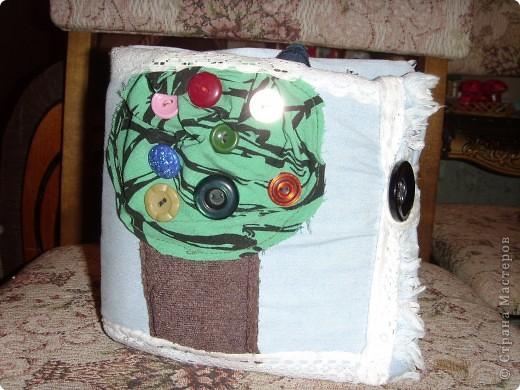 Решила сшить своему малышку книжку-развивалку.Сами страницы из джинсовой материи.На обложке изобразила дерево с плодами (пуговицы),ствол набит гречкой. фото 1