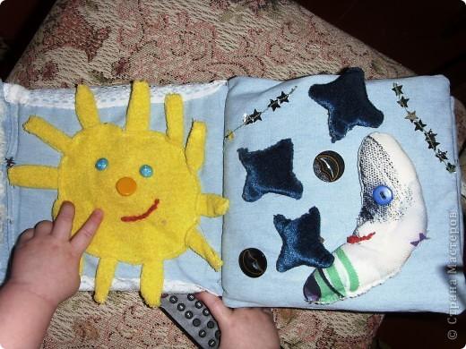 Решила сшить своему малышку книжку-развивалку.Сами страницы из джинсовой материи.На обложке изобразила дерево с плодами (пуговицы),ствол набит гречкой. фото 2