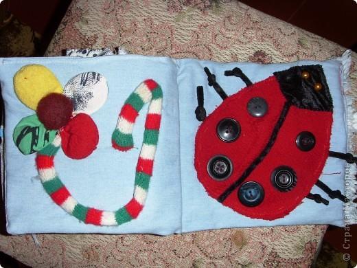 Решила сшить своему малышку книжку-развивалку.Сами страницы из джинсовой материи.На обложке изобразила дерево с плодами (пуговицы),ствол набит гречкой. фото 5
