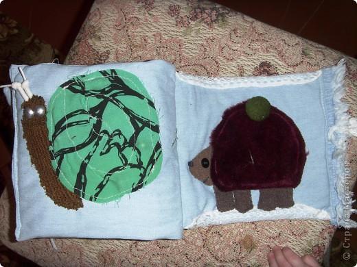 Решила сшить своему малышку книжку-развивалку.Сами страницы из джинсовой материи.На обложке изобразила дерево с плодами (пуговицы),ствол набит гречкой. фото 6