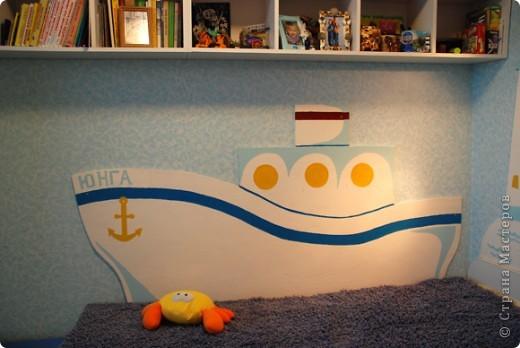 Не хотелось вешать ковер, а стену чем-то прикрыть надо было. Вот такой кораблик  получился, совместными усилиями.  я рисовала, дедушка вырезал, папа красил.  фото 1