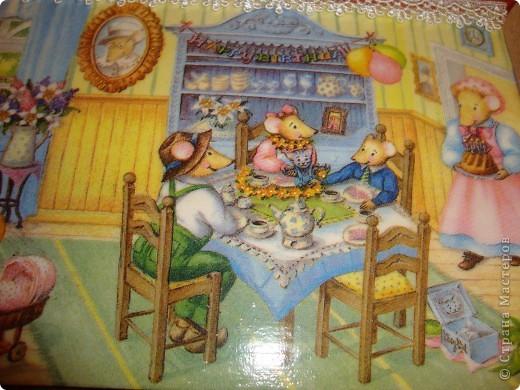 """Панно-ключница """"Мышкин дом"""".Использовала салфетку,скорлупу,рисовую бумагу,золотой контур,акриловые краски,кружево,грунтовку и лак.Осталось прикрутить крючки,но это уже мужская работа. фото 3"""