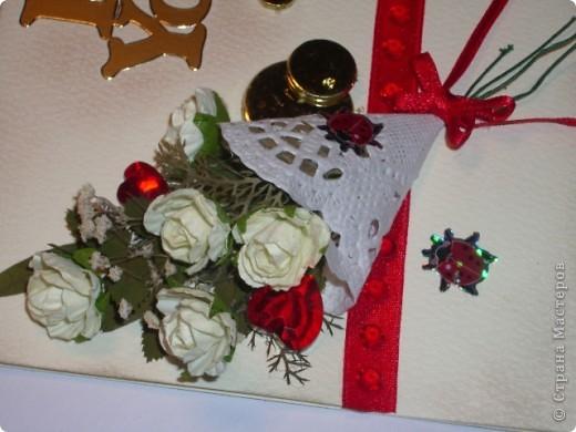 Вот и моя открыточка,мне она очень понравилась,фотографией трудно передать,но она объёмная,а в букете настоящая зелень,высушенная под прессом.Цвет я использовала красный-он символизирует страсть,пылкость чувств,любовь. фото 4