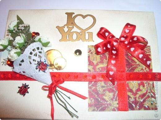 Вот и моя открыточка,мне она очень понравилась,фотографией трудно передать,но она объёмная,а в букете настоящая зелень,высушенная под прессом.Цвет я использовала красный-он символизирует страсть,пылкость чувств,любовь. фото 3