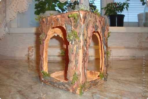 Сделали с сыном кормушку из коробки, газет, коры сосны и мха. фото 1