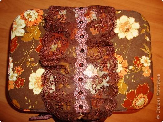 От новогоднего подарка с конфетами осталась металлическая коробочка-переделала в сундучок для разных мелочей для себя любимой.Использовала салфетку,золотой контур,тесьма,ленты,краски,лак и клей. фото 2