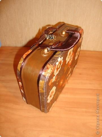 От новогоднего подарка с конфетами осталась металлическая коробочка-переделала в сундучок для разных мелочей для себя любимой.Использовала салфетку,золотой контур,тесьма,ленты,краски,лак и клей. фото 4