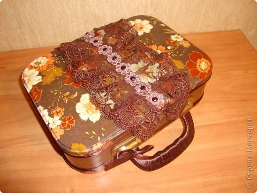 От новогоднего подарка с конфетами осталась металлическая коробочка-переделала в сундучок для разных мелочей для себя любимой.Использовала салфетку,золотой контур,тесьма,ленты,краски,лак и клей. фото 1