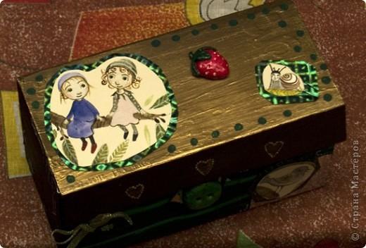 """Мне очень нравится серия тетрадей """"Flora's Hill"""" (иллюстратор - Kristina Digman). Одну из таких тетрадных обложек я, скрепя сердце, порезала, чтобы декорировать эту коробочку.  фото 2"""