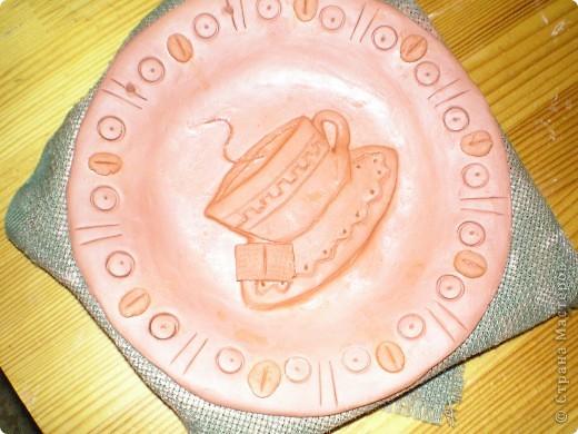 """Сердечно благодарю Жемчужную Ракушку: ее прекрасные рассказы о колледже керамики ( http://stranamasterov.ru/node/133301 ) вернули меня к глине, даже захотелось сделать что-то функциональное, например, тарелки. Правда, получилось """"как всегда"""" - что-то декоративное :-). Выбрала для себя вариант украшения тарелки небольшим барельефом с любимыми героями СМ, минимум покраски.  фото 22"""