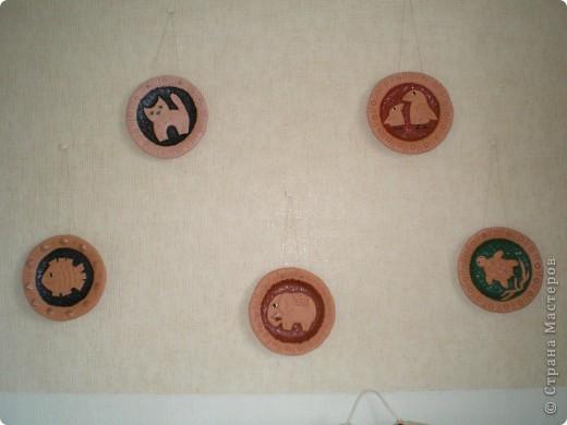 """Сердечно благодарю Жемчужную Ракушку: ее прекрасные рассказы о колледже керамики ( http://stranamasterov.ru/node/133301 ) вернули меня к глине, даже захотелось сделать что-то функциональное, например, тарелки. Правда, получилось """"как всегда"""" - что-то декоративное :-). Выбрала для себя вариант украшения тарелки небольшим барельефом с любимыми героями СМ, минимум покраски.  фото 8"""