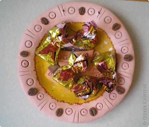 """Сердечно благодарю Жемчужную Ракушку: ее прекрасные рассказы о колледже керамики ( http://stranamasterov.ru/node/133301 ) вернули меня к глине, даже захотелось сделать что-то функциональное, например, тарелки. Правда, получилось """"как всегда"""" - что-то декоративное :-). Выбрала для себя вариант украшения тарелки небольшим барельефом с любимыми героями СМ, минимум покраски.  фото 7"""