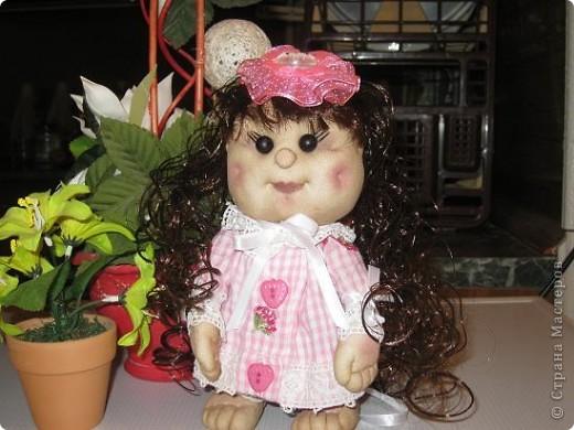 Вот сшила еще одну кукляшу в подарок любимой племяше.Увидев мою предыдущюю куклу у нее загорелись глаза.И я решила сшить ей похожую,но как известно копию сшить практически не возможно. фото 2