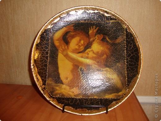 Использовала салфетку,кракелюрную пару Маймери,поталь,золотой контур,акриловую краску,лак.Никак не хотела фотографироваться тарелка. фото 1