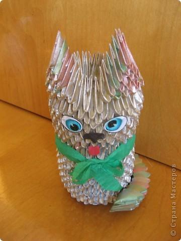Оставались модули разного цвета от предыдущих поделок, сделали из них котяру. Сверху покрасили золотистой краской из баллончика, но что-то она неравномерно прокрасила - проглядывает пестрота, но в этом есть своя изюминка. фото 4