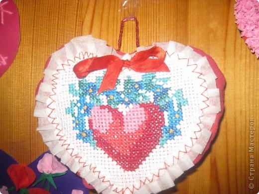 К каждому празднику готовим с детьми небольшую выставку поделок.К дню Святого Валентина - это, в первую очередь, сердечки в различных техниках. фото 6