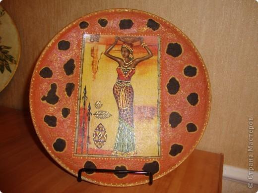 Использовала салфетки,краску с эффектом керамики,золотой контур,золотую пасту для затирки.клей для декупажа и лак. фото 1