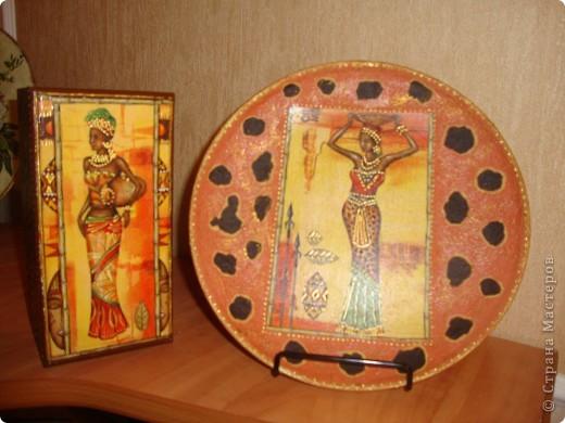 Использовала салфетки,краску с эффектом керамики,золотой контур,золотую пасту для затирки.клей для декупажа и лак. фото 2