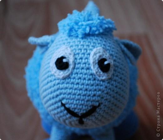 Доброе время суток!!! У нас тут очередное прибавление в стане игрушек - овечка! Правда она голубенькая, задумывалась как мальчик, значит по идее должен быть барашек, но рожек-то нет, значит все-таки овечка наверное =) фото 1