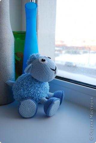 Доброе время суток!!! У нас тут очередное прибавление в стане игрушек - овечка! Правда она голубенькая, задумывалась как мальчик, значит по идее должен быть барашек, но рожек-то нет, значит все-таки овечка наверное =) фото 2