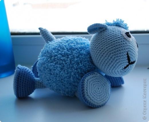 Доброе время суток!!! У нас тут очередное прибавление в стане игрушек - овечка! Правда она голубенькая, задумывалась как мальчик, значит по идее должен быть барашек, но рожек-то нет, значит все-таки овечка наверное =) фото 3