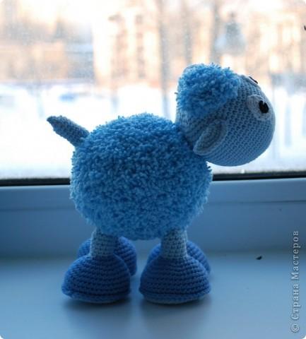 Доброе время суток!!! У нас тут очередное прибавление в стане игрушек - овечка! Правда она голубенькая, задумывалась как мальчик, значит по идее должен быть барашек, но рожек-то нет, значит все-таки овечка наверное =) фото 4