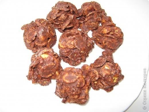 Очень вкусные конфеты сделала вчера вечером, рецепт был настолько прост,что срочно решила попробовать.   Продукты: 150г - кукурузных хлопьев 150г - шоколада  На водяной бане растопить шоколад, дать немного остыть чтобы был не горячий, высыпать хлопья и хорошо вымешать в шоколаде. Далее надо выложить в формочки, у меня формочек подходящих не нашлось, я взяла пустой лоток из-под яиц накрыла целлофановым пакетом и в ячейки уложила хлопья чуть придавив ложкой. Конфет получилось 20 штук. фото 1
