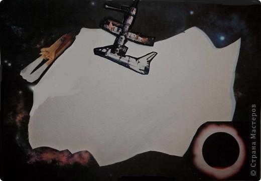 """Мой маленький космос из окна. Вот в садик попросили сделать какую-нибудь поделку на тему """"Космос"""". А мне давно хотелось сделать что-то вроде парада планет в бумажном тоннеле, тем более, что идея не нова. Навеяна работой в технике бумажный туннель на http://stranamasterov.ru/node/89290?c=favorite4.  спасибо за идею. Потратила пару вечеров на подбор фотографий. Распечатала фотографии на плотной бумаге 230 г/куб.см формата А4. Это были 10 фотографий фоновых и 2 листа с маленькими фотографиями (я их перекинула в Word). Р аспечатывала у знакомых, т.к распечатать за деньги очень дорого (90 руб. снимок). А дальше началась аппликация, т.к. в Фотошопе я полный ноль, да и не знала, что на каком месте что  у меня будет. Поэтому фотографировала отдельные уже готовые листы после, чтобы выставить и кто-то этим воспользуется. Конечно, были и ошибки.  Потом немного в Фотошопе мне помогли, и теперь все более или менее как надо. Жаль только, что не сфотографировала работу еще без комнаты.  Окно оформлено уплотнителем для окон, его пришлось дополнительно сажать на клей. """"Стекло"""" - одинарный прозрачный листочек от файла. Гармошка у меня была шагом 2,5 см из картона. На каждую боковинку ушло по 2 листа картона. Между комнатой и первой картинкой остался зазор, в который бы еще влезла картинка, но ее у меня не было, зато этот зазор позволяет увидеть большую часть картинки, особенно отражение луны на воде и волка.  Комната из части коробки. Коробка выше листов. И еще. Почти все картинки еще подрезала в плане фона по бокам и верх-низ. Это уже и на готовой проклееной работе можно сделать. Если кому пригодится, буду рада. фото 12"""