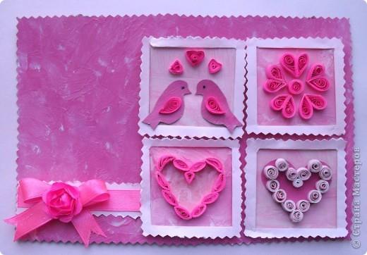 Открытка ко Дню всех влюбленных сделана мною в розовых тонах. Использовала различные оттенки розового цвета, так как влюбленным обычно все видится в розовом цвете, как сквозь розовые очки. Два любящих сердца повсюду окружают цветы, и для них поют птицы только песни о любви.  Фон, сердца и птичек делала в технике энкаустика, использовала глянцевый картон, восковые мелки и горячий утюг. Отделка деталей в технике квиллинг. Розочка на ленточке сделана таким способом, как здесь http://asti-n.ya.ru/replies.xml?item_no=184.