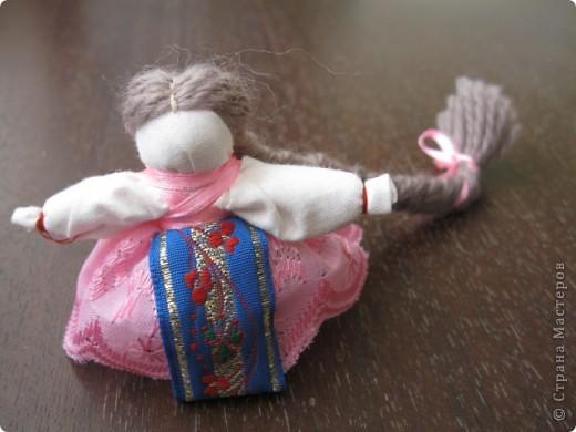 Это кукла-перевертыш или еще их называют девка-баба. У них общее туловище, а ног нет, с обеих концов по голове. Только одна из голов в том или ином виде прячется под юбкой. Юбки сшиты понизу между собой, кружево внизу - общее на двоих.  фото 6