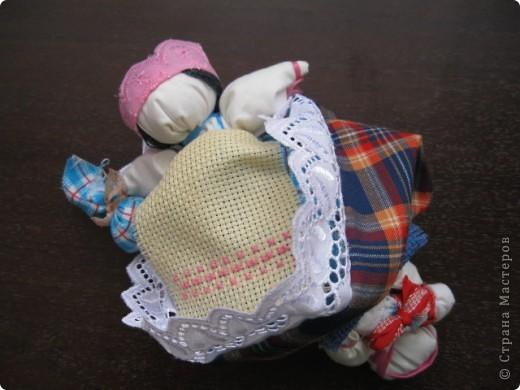 Это кукла-перевертыш или еще их называют девка-баба. У них общее туловище, а ног нет, с обеих концов по голове. Только одна из голов в том или ином виде прячется под юбкой. Юбки сшиты понизу между собой, кружево внизу - общее на двоих.  фото 4