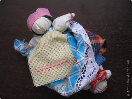 Это кукла-перевертыш или еще их называют девка-баба. У них общее туловище, а ног нет, с обеих концов по голове. Только одна из голов в том или ином виде прячется под юбкой. Юбки сшиты понизу между собой, кружево внизу - общее на двоих.  фото 3
