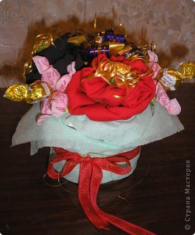 За идею этого букета сердечное спасибо  Муничке. Её букетик http://stranamasterov.ru/node/133723?c=favorite_b подарил мне замечательную возможность в очередной раз порадовать любимого мужа. Только мой букетик не из носочков, а из, пардон, очень нижнего белья, потому что носочки муж носит исключительно черные. Согласитесь, что к Валентинову дню мрачноватый букетик получился бы. фото 2