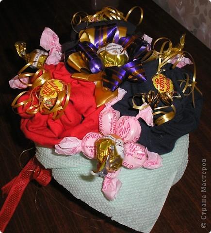 За идею этого букета сердечное спасибо  Муничке. Её букетик http://stranamasterov.ru/node/133723?c=favorite_b подарил мне замечательную возможность в очередной раз порадовать любимого мужа. Только мой букетик не из носочков, а из, пардон, очень нижнего белья, потому что носочки муж носит исключительно черные. Согласитесь, что к Валентинову дню мрачноватый букетик получился бы. фото 1