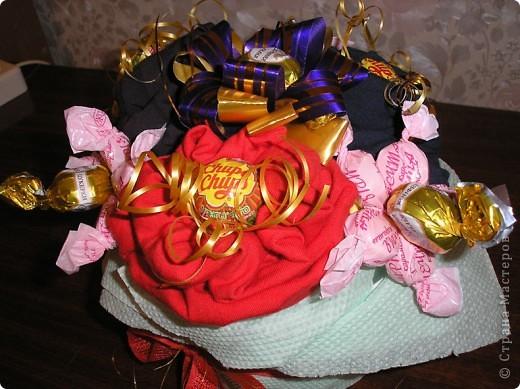 За идею этого букета сердечное спасибо  Муничке. Её букетик http://stranamasterov.ru/node/133723?c=favorite_b подарил мне замечательную возможность в очередной раз порадовать любимого мужа. Только мой букетик не из носочков, а из, пардон, очень нижнего белья, потому что носочки муж носит исключительно черные. Согласитесь, что к Валентинову дню мрачноватый букетик получился бы. фото 3