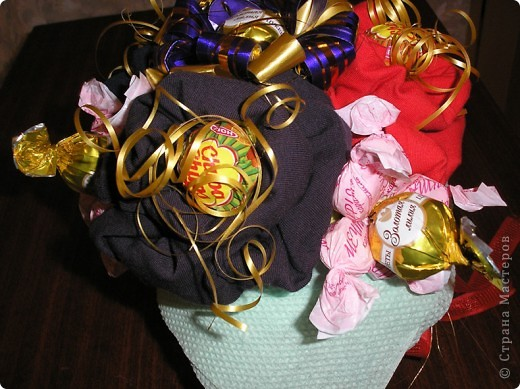 За идею этого букета сердечное спасибо  Муничке. Её букетик http://stranamasterov.ru/node/133723?c=favorite_b подарил мне замечательную возможность в очередной раз порадовать любимого мужа. Только мой букетик не из носочков, а из, пардон, очень нижнего белья, потому что носочки муж носит исключительно черные. Согласитесь, что к Валентинову дню мрачноватый букетик получился бы. фото 4