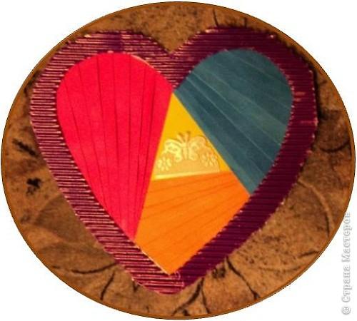 Официально День всех влюбленных существует уже больше 16 веков. Галантные французы первыми ввели у себя «валентинки» как любовные послания-четверостишия. Беззаботные итальянцы считают своим долгом дарить возлюбленной подарки, в основном сладости. А японцы превратили День Святого Валентина в «8 марта для мужчин».  Существует в Исландии интересный ритуал: девушки в этот день надевают парням на шеи угольки, а те в ответ вешают на шеи девушек маленькие камни. И на Руси был свой праздник влюбленных, вот  только отмечался он не зимой, а в начале лета. Он был связан с легендарной историей любви Петра и Февронии и посвящен Купале - языческому славянскому богу, сыну Перуна.  Обычаи у разных народов разные. Но суть одна.  Любовь - это всегда прекрасно, это всегда праздник!   Работы семиклассников:  Мишка Юли К.  фото 4