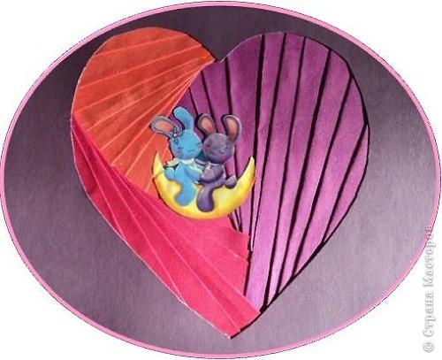 Официально День всех влюбленных существует уже больше 16 веков. Галантные французы первыми ввели у себя «валентинки» как любовные послания-четверостишия. Беззаботные итальянцы считают своим долгом дарить возлюбленной подарки, в основном сладости. А японцы превратили День Святого Валентина в «8 марта для мужчин».  Существует в Исландии интересный ритуал: девушки в этот день надевают парням на шеи угольки, а те в ответ вешают на шеи девушек маленькие камни. И на Руси был свой праздник влюбленных, вот  только отмечался он не зимой, а в начале лета. Он был связан с легендарной историей любви Петра и Февронии и посвящен Купале - языческому славянскому богу, сыну Перуна.  Обычаи у разных народов разные. Но суть одна.  Любовь - это всегда прекрасно, это всегда праздник!   Работы семиклассников:  Мишка Юли К.  фото 5