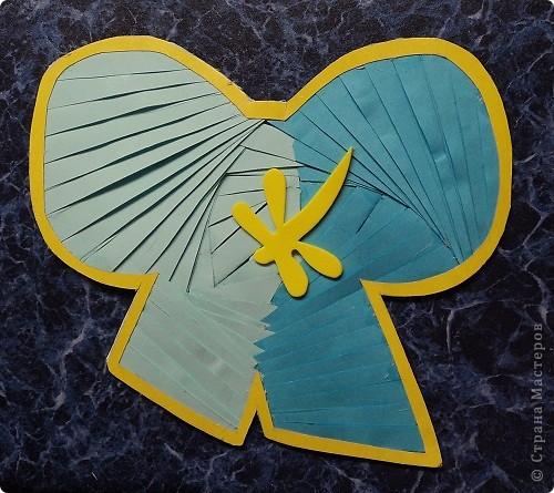 Официально День всех влюбленных существует уже больше 16 веков. Галантные французы первыми ввели у себя «валентинки» как любовные послания-четверостишия. Беззаботные итальянцы считают своим долгом дарить возлюбленной подарки, в основном сладости. А японцы превратили День Святого Валентина в «8 марта для мужчин».  Существует в Исландии интересный ритуал: девушки в этот день надевают парням на шеи угольки, а те в ответ вешают на шеи девушек маленькие камни. И на Руси был свой праздник влюбленных, вот  только отмечался он не зимой, а в начале лета. Он был связан с легендарной историей любви Петра и Февронии и посвящен Купале - языческому славянскому богу, сыну Перуна.  Обычаи у разных народов разные. Но суть одна.  Любовь - это всегда прекрасно, это всегда праздник!   Работы семиклассников:  Мишка Юли К.  фото 14