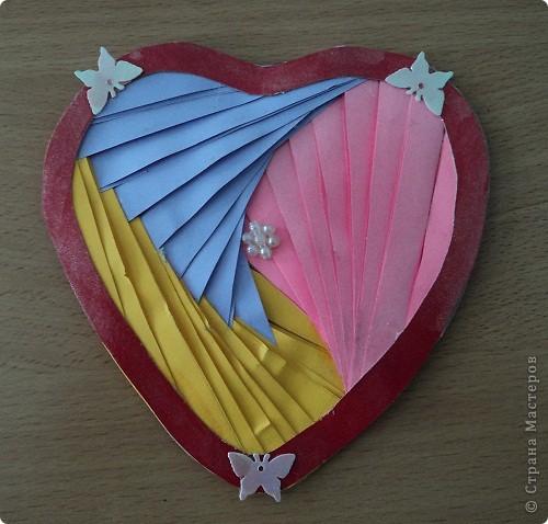 Официально День всех влюбленных существует уже больше 16 веков. Галантные французы первыми ввели у себя «валентинки» как любовные послания-четверостишия. Беззаботные итальянцы считают своим долгом дарить возлюбленной подарки, в основном сладости. А японцы превратили День Святого Валентина в «8 марта для мужчин».  Существует в Исландии интересный ритуал: девушки в этот день надевают парням на шеи угольки, а те в ответ вешают на шеи девушек маленькие камни. И на Руси был свой праздник влюбленных, вот  только отмечался он не зимой, а в начале лета. Он был связан с легендарной историей любви Петра и Февронии и посвящен Купале - языческому славянскому богу, сыну Перуна.  Обычаи у разных народов разные. Но суть одна.  Любовь - это всегда прекрасно, это всегда праздник!   Работы семиклассников:  Мишка Юли К.  фото 6
