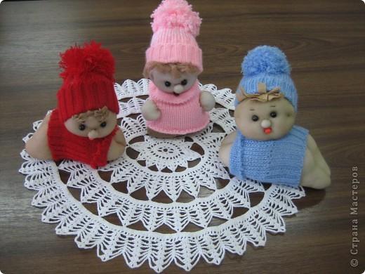 Наши малыши сшиты из кусочков рукавов от старых свитерочков (можно использовать насочки) , куска капронового чулка и синтепона для наполнения.
