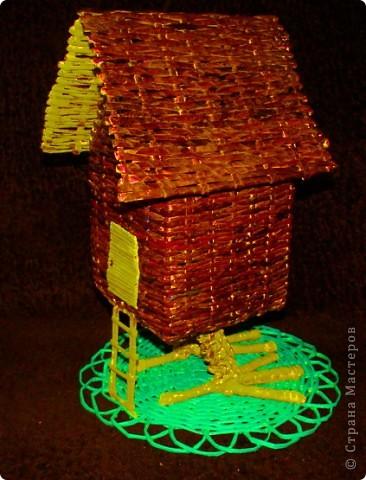 """Сам домик можно использовать в качестве хранилища всяких """"разностей""""В этой избушке окошко из прозрачного пластика, через дырочки ничего не выпадет))) А можно и в качестве светильника задействовать... фото 2"""