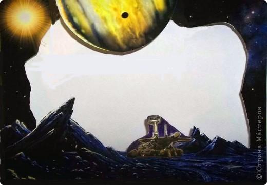 """Мой маленький космос из окна. Вот в садик попросили сделать какую-нибудь поделку на тему """"Космос"""". А мне давно хотелось сделать что-то вроде парада планет в бумажном тоннеле, тем более, что идея не нова. Навеяна работой в технике бумажный туннель на http://stranamasterov.ru/node/89290?c=favorite4.  спасибо за идею. Потратила пару вечеров на подбор фотографий. Распечатала фотографии на плотной бумаге 230 г/куб.см формата А4. Это были 10 фотографий фоновых и 2 листа с маленькими фотографиями (я их перекинула в Word). Р аспечатывала у знакомых, т.к распечатать за деньги очень дорого (90 руб. снимок). А дальше началась аппликация, т.к. в Фотошопе я полный ноль, да и не знала, что на каком месте что  у меня будет. Поэтому фотографировала отдельные уже готовые листы после, чтобы выставить и кто-то этим воспользуется. Конечно, были и ошибки.  Потом немного в Фотошопе мне помогли, и теперь все более или менее как надо. Жаль только, что не сфотографировала работу еще без комнаты.  Окно оформлено уплотнителем для окон, его пришлось дополнительно сажать на клей. """"Стекло"""" - одинарный прозрачный листочек от файла. Гармошка у меня была шагом 2,5 см из картона. На каждую боковинку ушло по 2 листа картона. Между комнатой и первой картинкой остался зазор, в который бы еще влезла картинка, но ее у меня не было, зато этот зазор позволяет увидеть большую часть картинки, особенно отражение луны на воде и волка.  Комната из части коробки. Коробка выше листов. И еще. Почти все картинки еще подрезала в плане фона по бокам и верх-низ. Это уже и на готовой проклееной работе можно сделать. Если кому пригодится, буду рада. фото 10"""