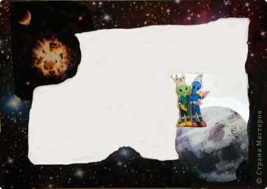 """Мой маленький космос из окна. Вот в садик попросили сделать какую-нибудь поделку на тему """"Космос"""". А мне давно хотелось сделать что-то вроде парада планет в бумажном тоннеле, тем более, что идея не нова. Навеяна работой в технике бумажный туннель на http://stranamasterov.ru/node/89290?c=favorite4.  спасибо за идею. Потратила пару вечеров на подбор фотографий. Распечатала фотографии на плотной бумаге 230 г/куб.см формата А4. Это были 10 фотографий фоновых и 2 листа с маленькими фотографиями (я их перекинула в Word). Р аспечатывала у знакомых, т.к распечатать за деньги очень дорого (90 руб. снимок). А дальше началась аппликация, т.к. в Фотошопе я полный ноль, да и не знала, что на каком месте что  у меня будет. Поэтому фотографировала отдельные уже готовые листы после, чтобы выставить и кто-то этим воспользуется. Конечно, были и ошибки.  Потом немного в Фотошопе мне помогли, и теперь все более или менее как надо. Жаль только, что не сфотографировала работу еще без комнаты.  Окно оформлено уплотнителем для окон, его пришлось дополнительно сажать на клей. """"Стекло"""" - одинарный прозрачный листочек от файла. Гармошка у меня была шагом 2,5 см из картона. На каждую боковинку ушло по 2 листа картона. Между комнатой и первой картинкой остался зазор, в который бы еще влезла картинка, но ее у меня не было, зато этот зазор позволяет увидеть большую часть картинки, особенно отражение луны на воде и волка.  Комната из части коробки. Коробка выше листов. И еще. Почти все картинки еще подрезала в плане фона по бокам и верх-низ. Это уже и на готовой проклееной работе можно сделать. Если кому пригодится, буду рада. фото 7"""