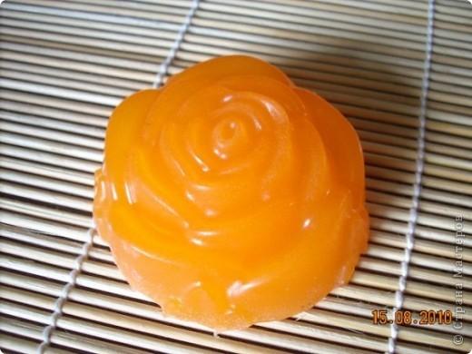 Мыло с ароматом пачули и иланг-иланга. Состав:основа,пальмовое масло,пищевой краситель оранжевый,эфирные масла пачули и иланг-иланга. фото 1