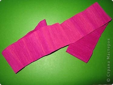 Чтобы сделать розочку из гофрированной бумаги, нам понадобится: бумага, ножницы, клей ПВА, спица или зубочистка фото 2