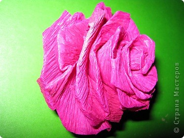 Чтобы сделать розочку из гофрированной бумаги, нам понадобится: бумага, ножницы, клей ПВА, спица или зубочистка фото 11