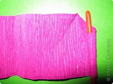 Чтобы сделать розочку из гофрированной бумаги, нам понадобится: бумага, ножницы, клей ПВА, спица или зубочистка фото 4